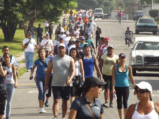doscientas personas participaron en Caminata