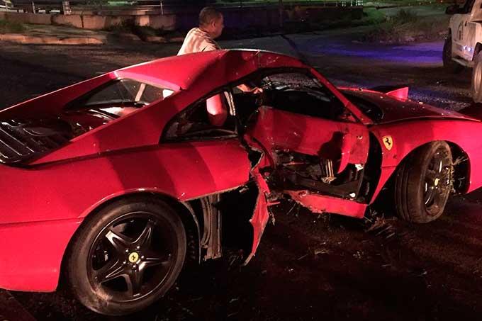 Ferrari impactó con poste