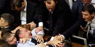 Así pelearon los diputados ucranianos por un paquete de galletas