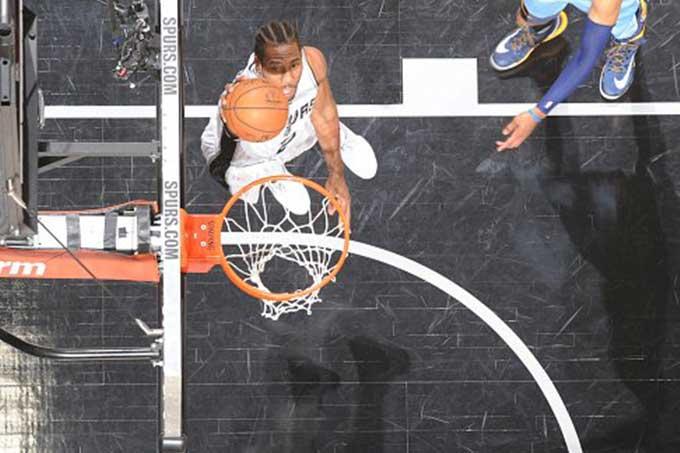 Kawhi Leonard guió a los Spurs