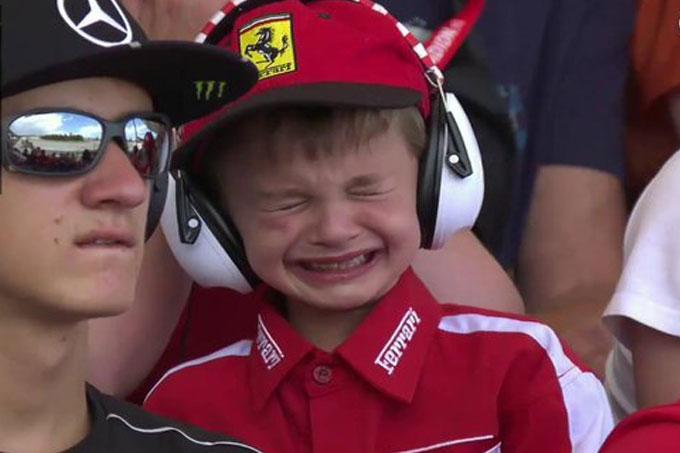 F1 niño llora