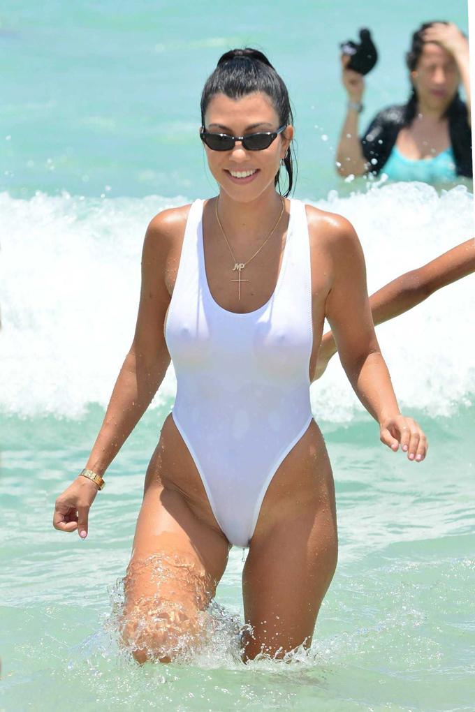 Traje Poco Fotos¡en De BañoKourtney Kardashian La Dejó A En QhCtsrxd