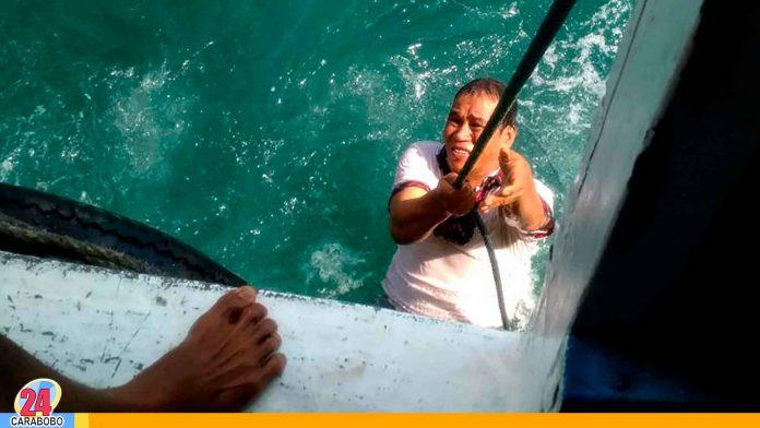 N24C - Pescadores que navegaban en aguas entre Venezuela y Curazao rescataron a dos venezolanos que huían hacia la isla dentro de una nevera sin puertas.