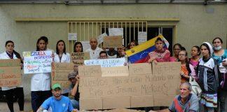 N24C - Trabajadores del sector salud, desde la sede de la Secretaría de ese sector en Caracas; protestaron este lunes para exigir.....