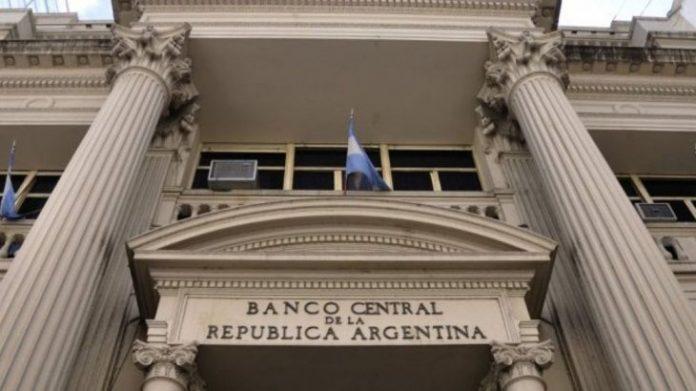 Banco Central de Argentina limita a 200 dólares la compra de divisas