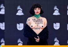 Laferte en los Latin Grammy mostró sus pechos por situación en Chile