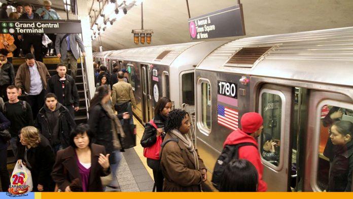 Pareja es buscada en Nueva York por tener relaciones en el metro