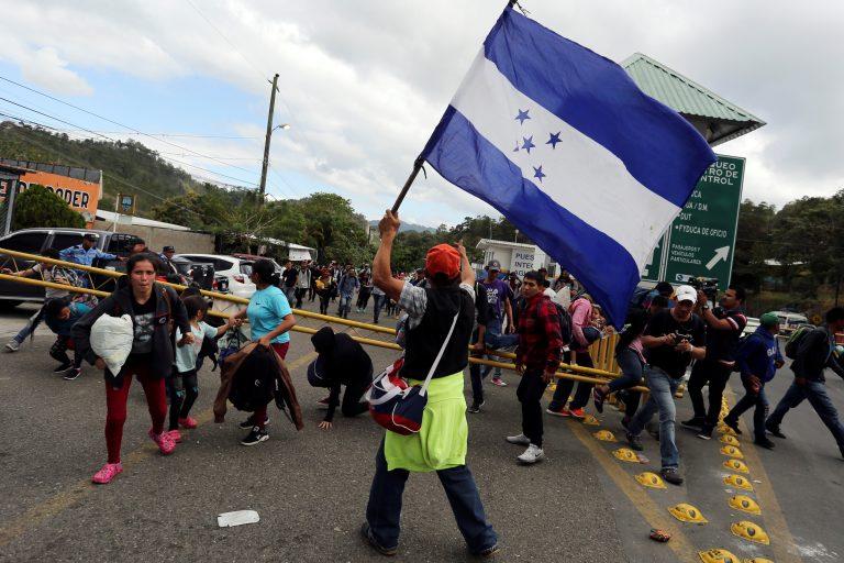 Inmigrantes hondureños cruzan hacia Guatemala rumbo a EE.UU.