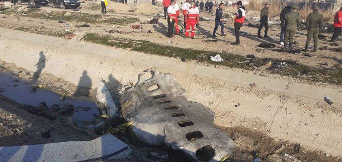 Avión con 180 personas se estrella en Irán