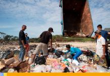 Venezolanos en basurero de Brasil disputan restos de comida