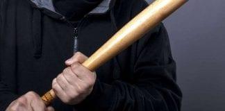 presuntos colectivos golpean con un bate