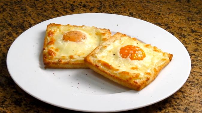 Tostadas con huevo y queso al horno