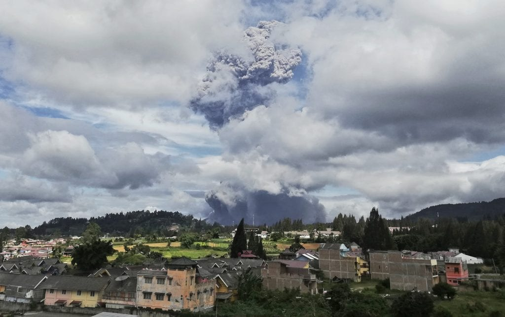 Erupción de volcán en Indonesia