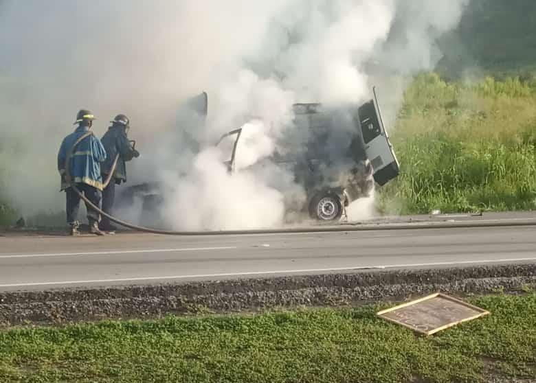Carro se prendió en llamas - Carro se prendió en llamas