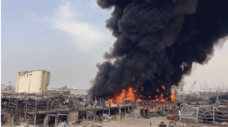 Incendio en puerto de Beirut un mes después de la devastadora explosión