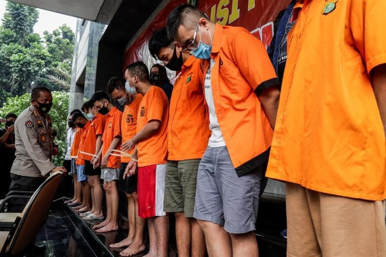 Por organizar fiesta sexual detienen a nueve hombres en Indonesia