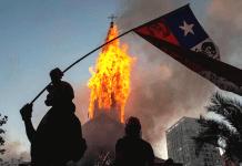 dos iglesias quemadas y saqueos en Chile