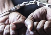 arrestaron a una mujer por maltratar a su hijo
