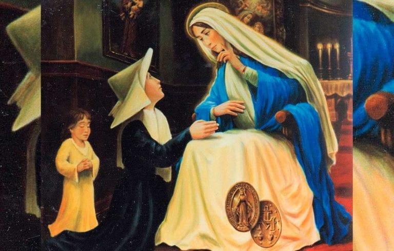 Feligreses elevan sus plegarias a la Virgen de la Medalla Milagrosa