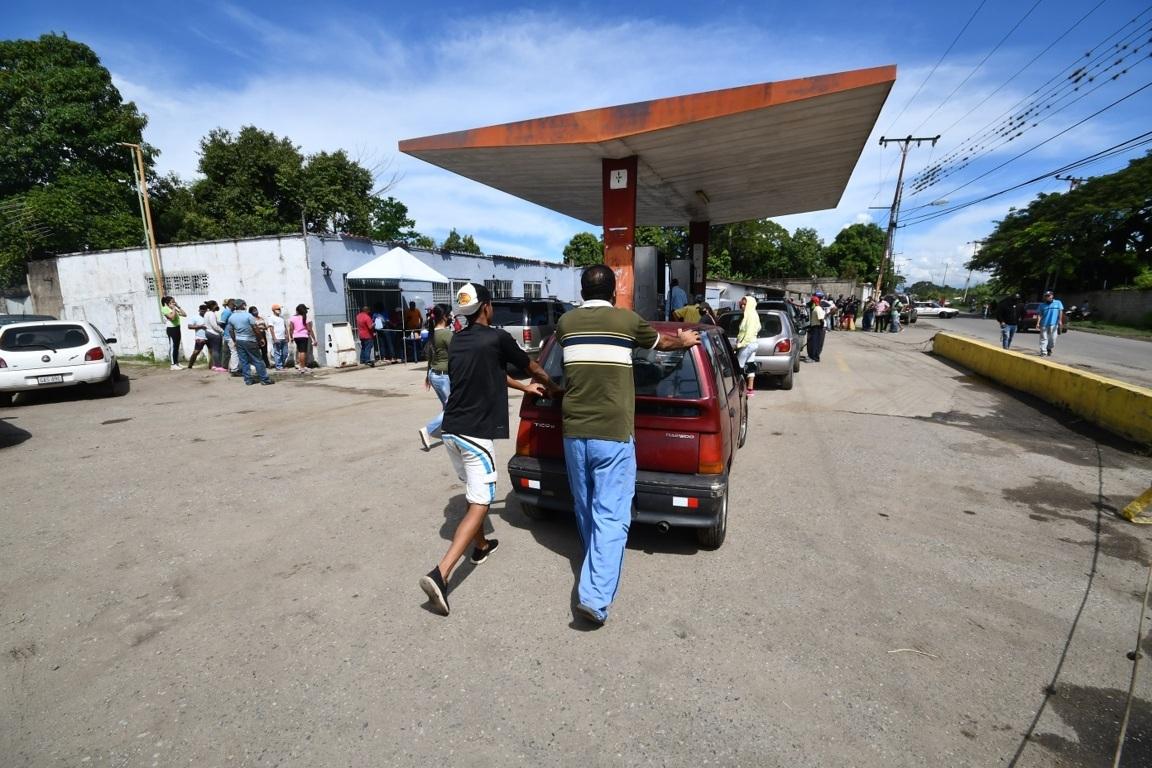 Colas y espera por la gasolina – colas y espera por la gasolina