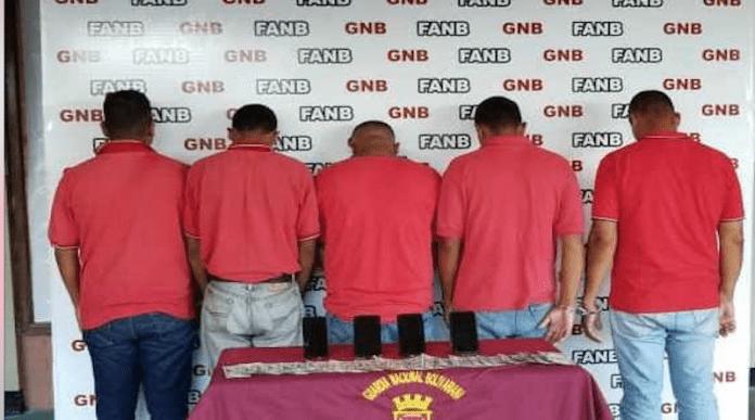 Cinco operadores de estación de servicio