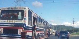 viajar en la puerta del autobús - viajar en la puerta del autobús
