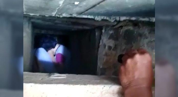 joven golpeada dentro de una cuneta