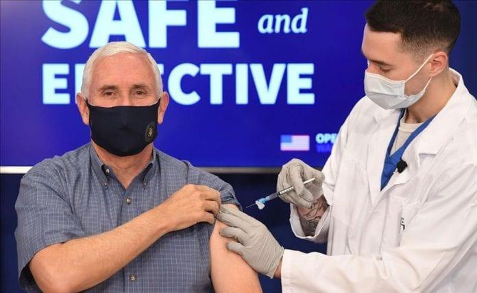 Mike Pence recibe vacuna