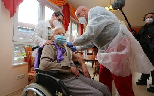 Mujer de 101 años primera vacunada