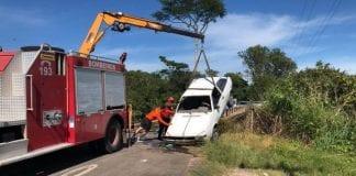 auto cae en un río en Brasil