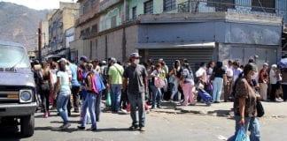 PNB lanza bombas lacrimógenas a comerciantes en Catia