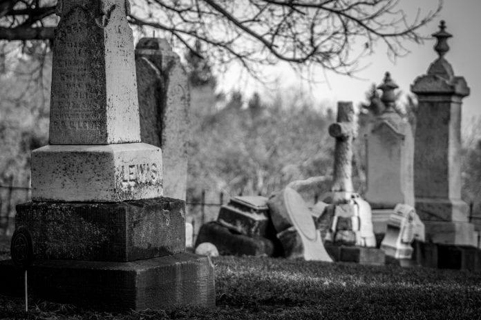 Detenidos dos hispanos por profanar tumbas