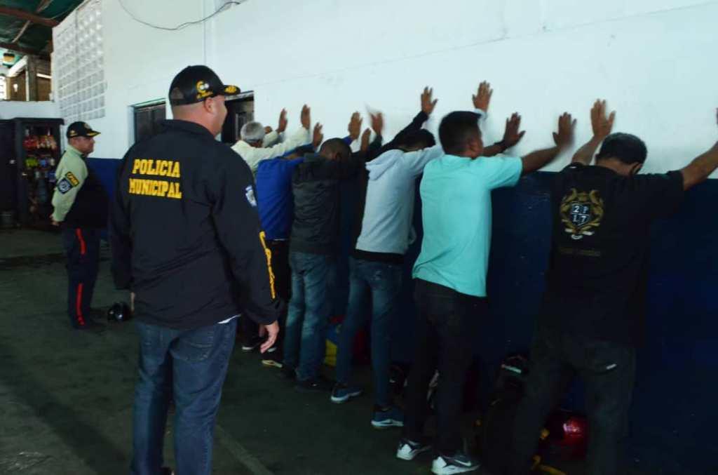 Detienen a 10 hombres por extorsión de comerciantes