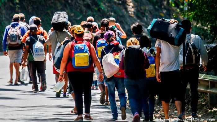 migrantes Venezolanos caminan entre Colombia y Ecuador