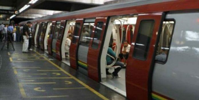 Vagón del Metro de Caracas circula con las puertas abiertas - Vagón del Metro de Caracas circula con las puertas abiertas