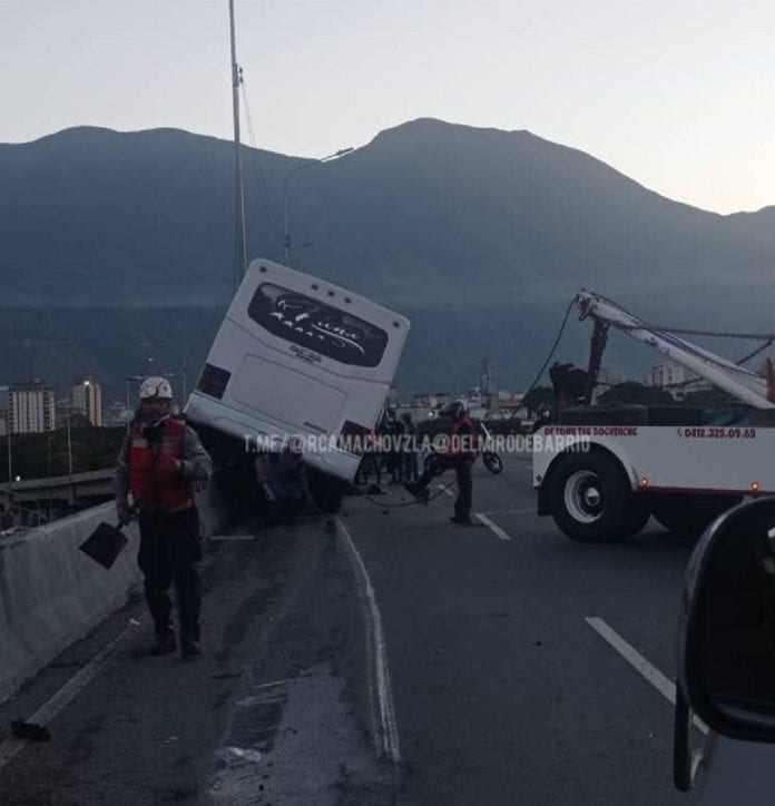 Autobús chocó contra defensa - Autobús chocó contra defensa