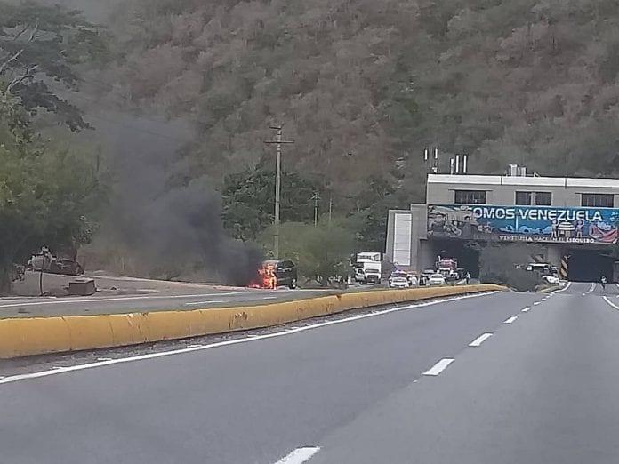 incendio de un vehículo en la autopista Caracas-La Guaira