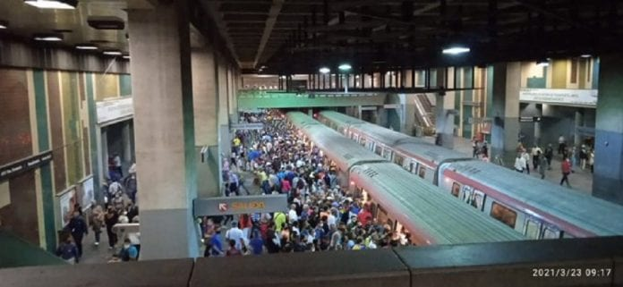 Estación Plaza Venezuela abarrotada de gente