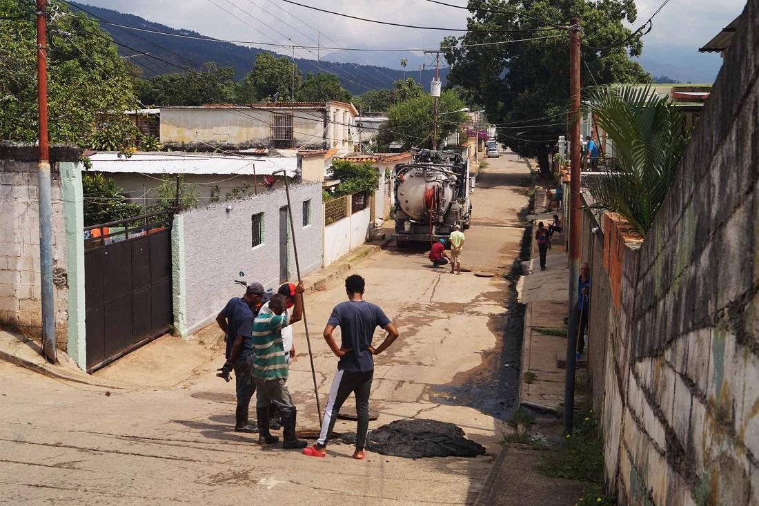 Atienden problemas de aguas servidas - Atienden problemas de aguas servidas