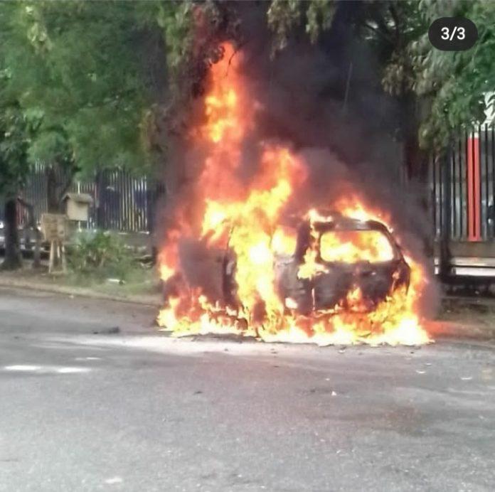 Incendio de vehículo adyacente a Patio Trigal