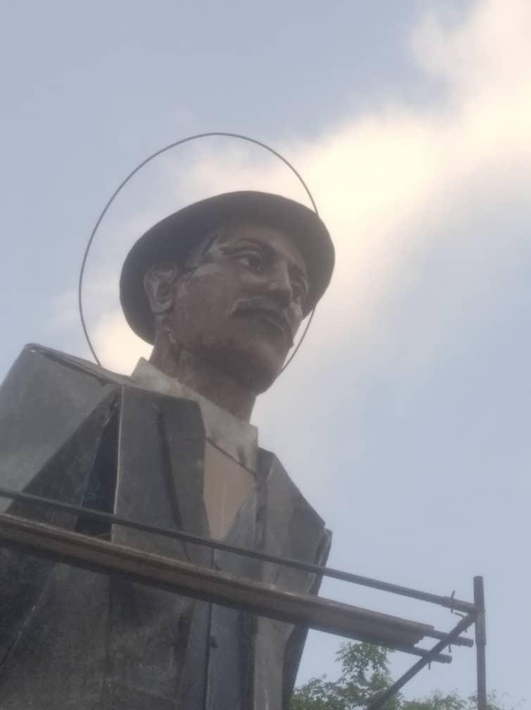 Gigante escultura de José Gregorio Hernández - Gigante escultura de José Gregorio Hernández