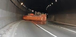 Gandola que transportaba gasoil se volcó en el túnelPetare-Guarenas