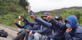 Policía de Ecuador ayuda a pareja de migrantes - Policía de Ecuador ayuda a pareja de migrantes