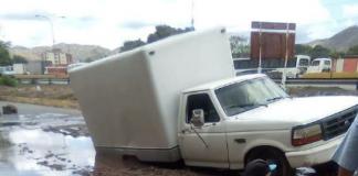 Vehículo se hundió mientras transitaba frente al YMCA