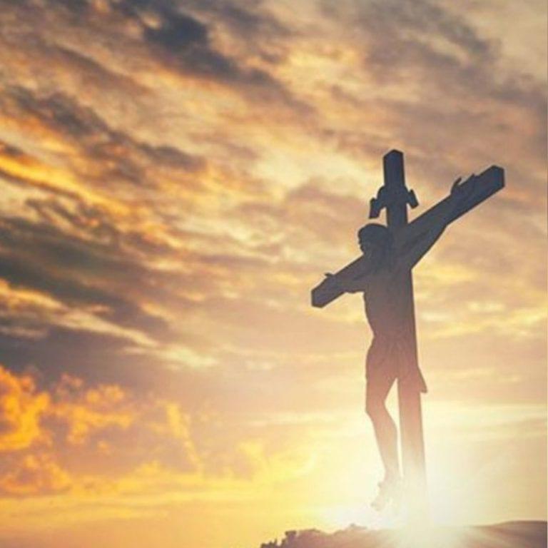 Feligreses conmemoran la pasión y muerte de Jesús
