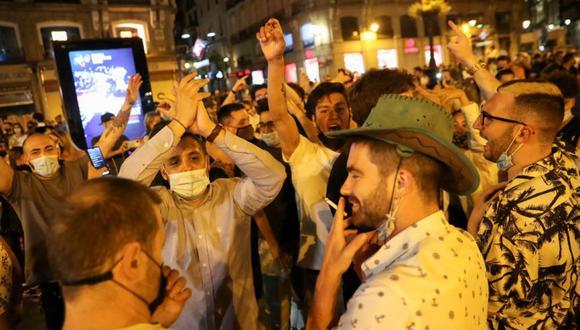 Jóvenes en España celebran el fin del estado de alerta