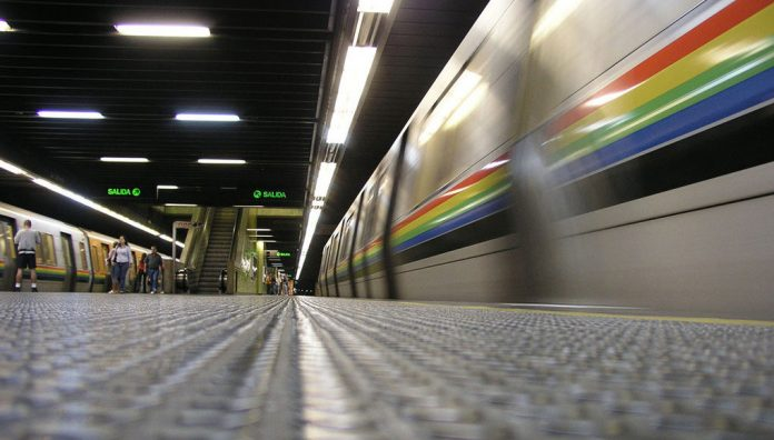 mujer con una niña saltó a los rieles del Metro - mujer con una niña saltó a los rieles del Metro
