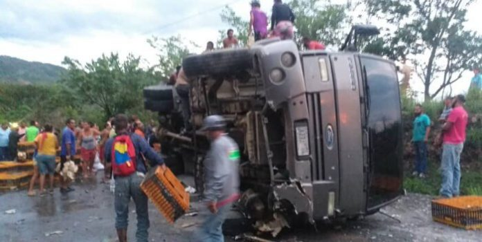 Saquearon camiones cargados de pollos