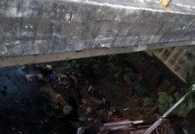 vehículo cayó debajo de un puente