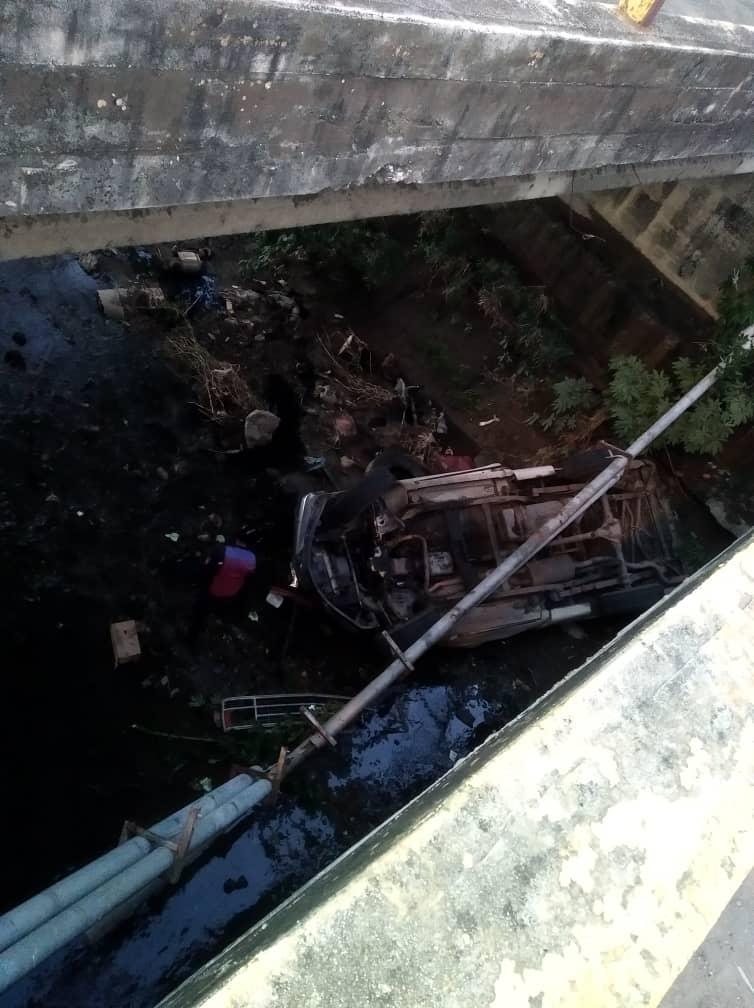 Tres heridos por caída de vehículo en un puente de Los Guayos